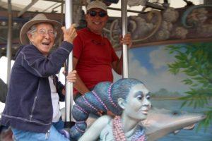 Miss Norma con su hijo, Tim, en un carrusel de Detroit. www.facebook.com/DrivingMissNorma