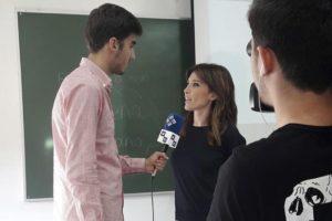 Un equipo de Mirada 21 TV entrevista a Resano tras la charla con los alumnos