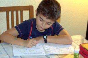 Alumno realizando los deberes impuestos por su profesor. Autor: Manuel.