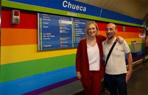 visita-cifuentes-metro-chueca-arcoiris