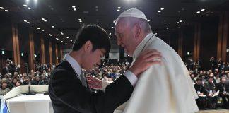El Papa Francisco con uno de los jóvenes afectados en las últimas catástrofes nucleares del 2011 en Japón.