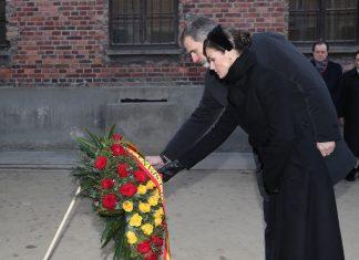 Felipe VI y Letizia durante la ofrenda floral en el Muro de la Muerte. Foto: Casa Real.