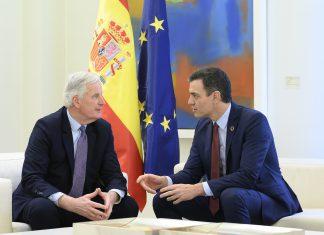 """Pedro Sánchez, junto al jefe de la Unión Europea para el """"Brexit"""", Michel Barnier, en La Moncloa. Foto: La Moncloa."""