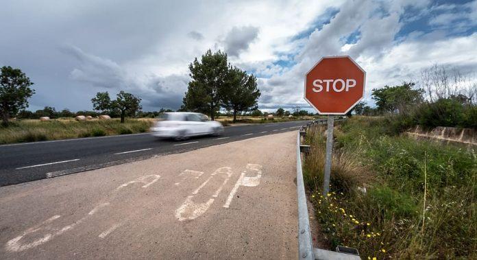 Señal de stop en una carretera convencional. Fotografía de: Pxfuel