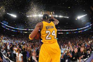 Kobe celebrando con la grada angelina su quinto anillo de la NBA. FOTO: nba.com