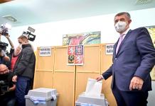 Andrej Babis deposita su papeleta el 8 de octubre.